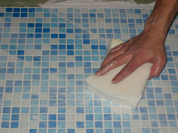 Затирка мозаики ванны из бетона