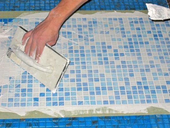 затирка мозаики чаши бетонной ванны