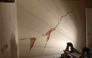 Трещины на поверхности стены