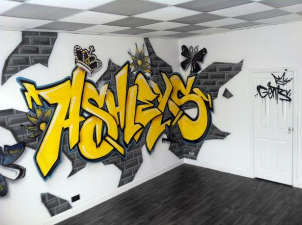 Граффити на стене интерьера