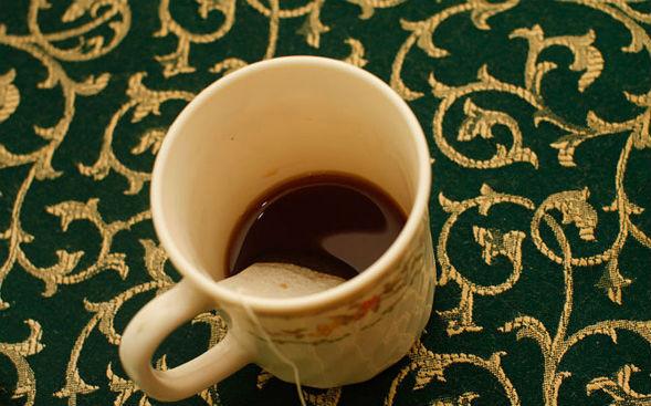 Заделка царапин в дереве заваркой черного чая