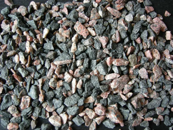 крошка красно-черного гранитного камня