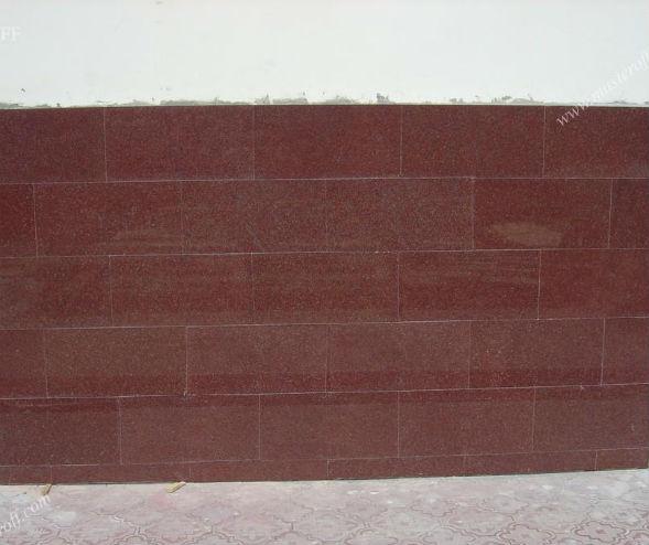 Цоколь, облицованный обработааным камнем - мраморными плитами