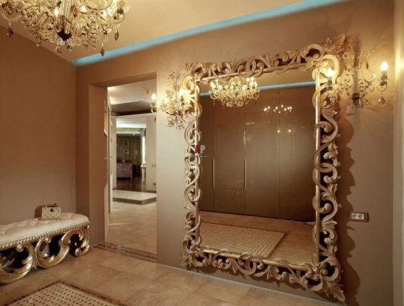 Зеркало с обрамлением в классическом стиле
