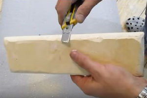підготовка гіпсової плитки - видалення дефектів виробника - задирок