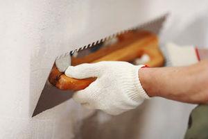 Подготовка поверхности под гипсовую плитку выравниванием