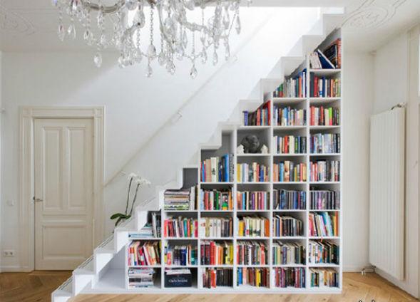 книжная экспозиция под лестницей