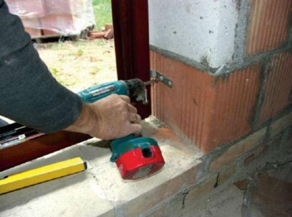 Способ крепления окна при помощи анкерной перфорированной пластины