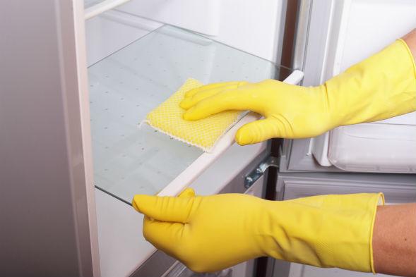 Уборка холодильника, выявление источника запаха
