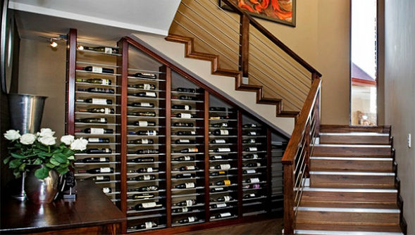 Винный погреб и бар под лестницей